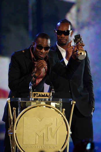 mtv-africa-music-awards-ikechukwu-accepts-his-award-for-best-video-on-stage-2.jpg
